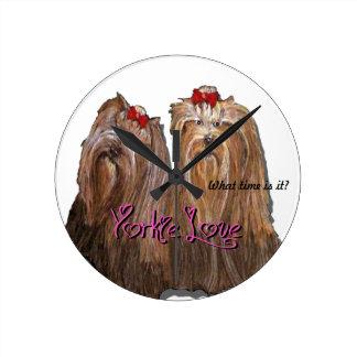 Reloj Redondo Mediano Colección del amor de Yorkie