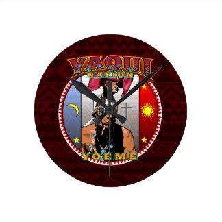 Reloj Redondo Mediano Diseño del bailarín de los ciervos de Yaqui Yoeme