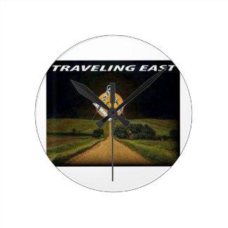 Reloj Redondo Mediano El viajar al este