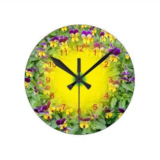 Reloj Redondo Mediano Flores de la viola en un jardín de la primavera