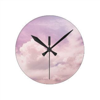 Reloj Redondo Mediano Flotación en las nubes púrpuras mullidas