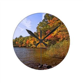 Reloj Redondo Mediano Follaje de otoño en la charca del punto