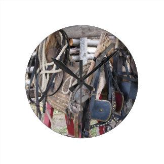 Reloj Redondo Mediano Frenos y pedazos de cuero gastados del caballo