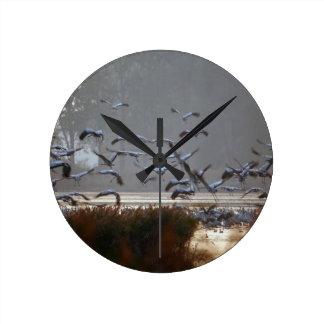 Reloj Redondo Mediano Grúas del vuelo en un lago