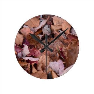 Reloj Redondo Mediano Hojas de la caída en las montañas ahumadas
