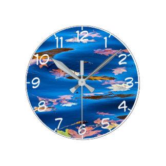 Reloj Redondo Mediano Hojas de otoño en el agua azul