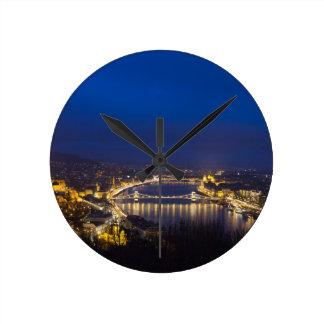 Reloj Redondo Mediano Hungría Budapest en el panorama de la noche