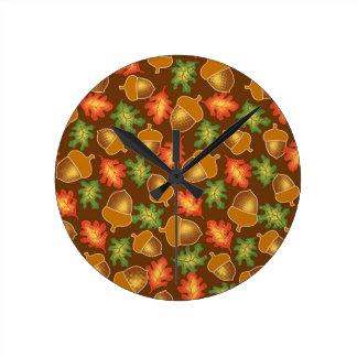 Reloj Redondo Mediano La atmósfera brillante del otoño con las bellotas