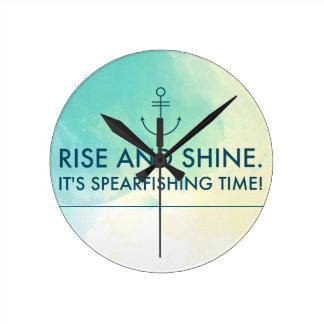 Reloj Redondo Mediano La subida y lo brilla es tiempo de Spearfishing