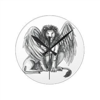 Reloj Redondo Mediano León con alas que protege el tatuaje de Cub