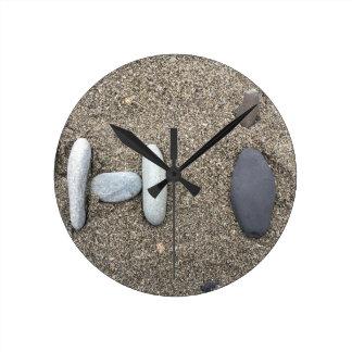 Reloj Redondo Mediano Lindo simple con playas de la roca de la arena del
