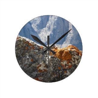 Reloj Redondo Mediano Liquenes anaranjados que crecen en cara de la roca