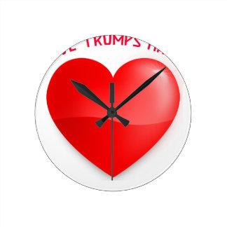 Reloj Redondo Mediano los triunfos del amor odian, camiseta oída roja