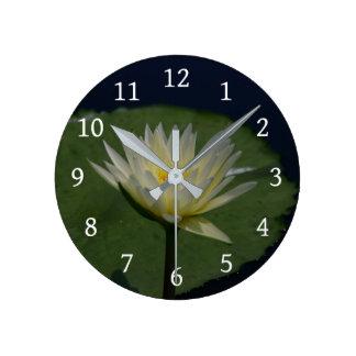 Reloj Redondo Mediano Lotus blanco Waterlily