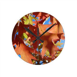 Reloj Redondo Mediano Luz del sol a través de las hojas de otoño