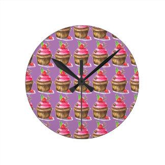 Reloj Redondo Mediano Magdalena linda y de la diversión del chocolate y