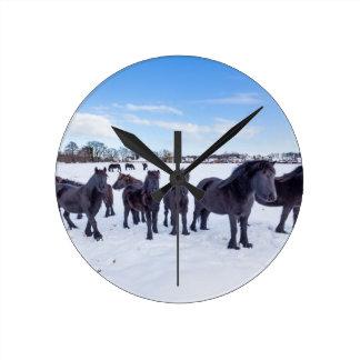 Reloj Redondo Mediano Manada de los caballos negros del frisian en nieve