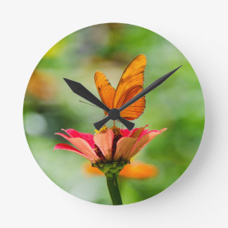 Reloj Redondo Mediano Mariposa brillante en la margarita anaranjada