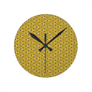 Reloj Redondo Mediano Modelo triangular amarillo