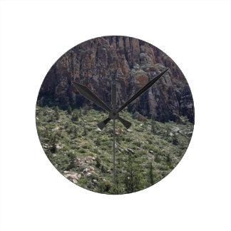 Reloj Redondo Mediano Montaña en la roca roja nanovoltio