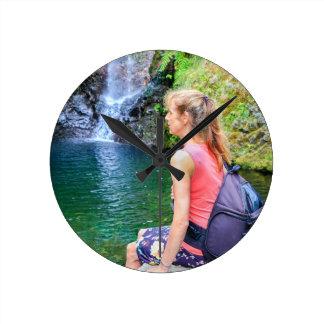 Reloj Redondo Mediano Mujer holandesa que se sienta en roca cerca de la