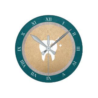 Reloj Redondo Mediano Oro del diente el   y números romanos dentales