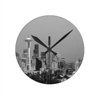 Reloj Redondo Mediano Paisaje urbano blanco y negro de Seattle
