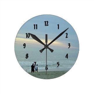 Reloj Redondo Mediano Paseo romántico a lo largo de la playa