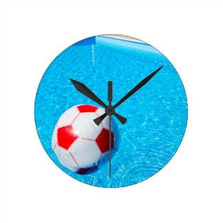Reloj Redondo Mediano Pelota de playa que flota en el agua en piscina