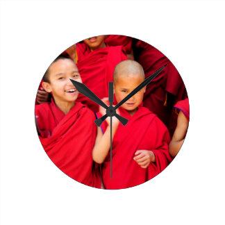 Reloj Redondo Mediano Pequeños monjes en trajes rojos