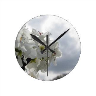 Reloj Redondo Mediano Peral floreciente contra el cielo nublado