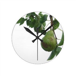 Reloj Redondo Mediano Peras verdes que cuelgan en un peral creciente