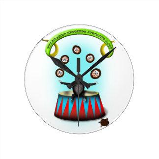 Reloj Redondo Mediano pereza que hace juegos malabares del erizo