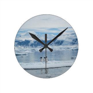 Reloj Redondo Mediano Pingüinos en un iceberg