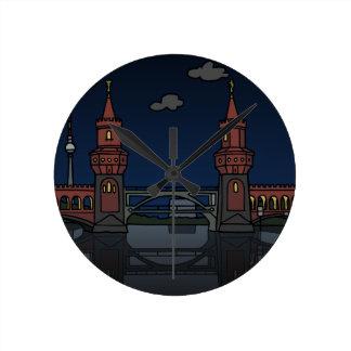 Reloj Redondo Mediano Puente Berlín de Oberbaum en la noche