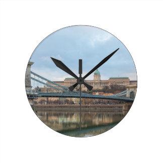 Reloj Redondo Mediano Puente de cadena con el castillo Hungría Budapest