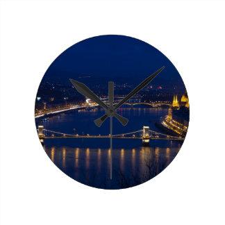 Reloj Redondo Mediano Puente de cadena Hungría Budapest en la noche