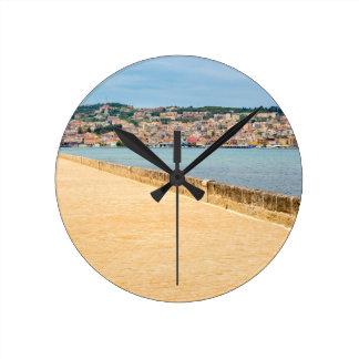 Reloj Redondo Mediano Puerto griego Argostoli de la ciudad con el camino