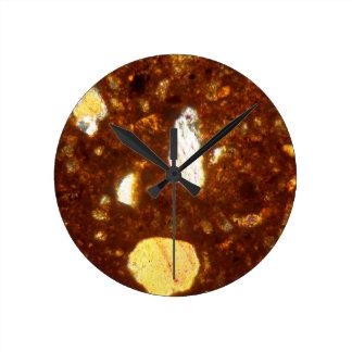 Reloj Redondo Mediano Sección fina de un ladrillo debajo del microscopio
