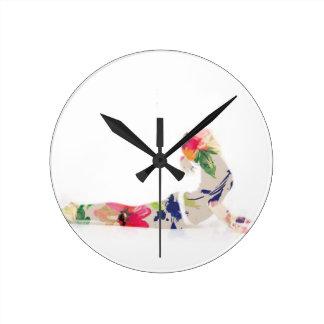 Reloj Redondo Mediano Serie floral de la actitud de la yoga de la cobra