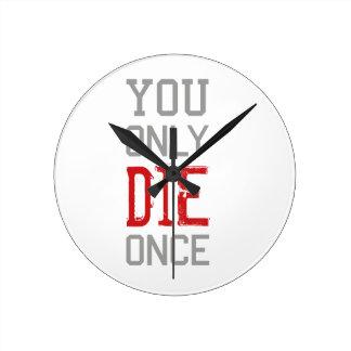 Reloj Redondo Mediano Sólo se muere una vez gráfico