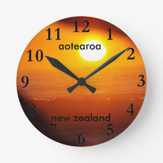 Reloj Redondo Mediano subida del sol de la costa este de Nueva Zelanda