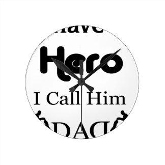 Reloj Redondo Mediano Tengo un héroe que lo llamo papá