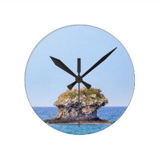 Reloj Redondo Mediano Una roca excepcional que sube de nivel del mar