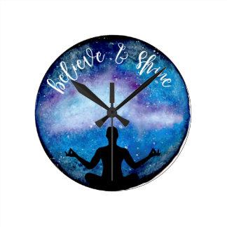 Reloj Redondo Mediano universo de la yoga