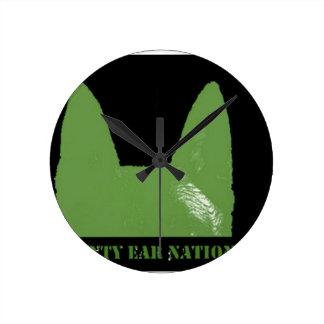 Reloj Redondo Mediano Verde de la PLUMA en negro