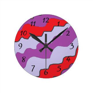 Reloj redondo rojo y púrpura