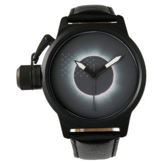 Reloj total del cuero del negro del eclipse solar