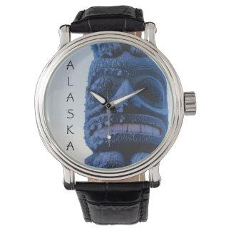 Reloj Tótem tallado escena del invierno de Alaska