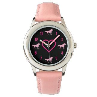 Reloj Unicornios y corazón rosados lindos de la silueta